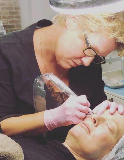 Nathalie Vogels bezig met micro pigmentatie
